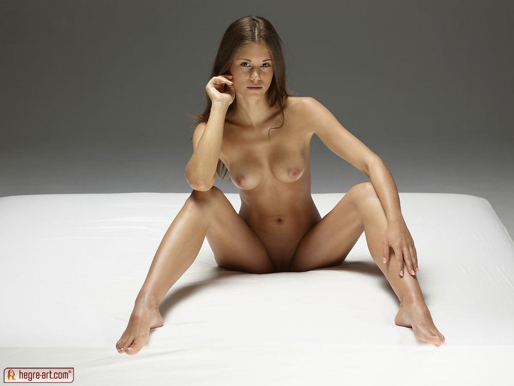 голая сидит гону на ногу фото
