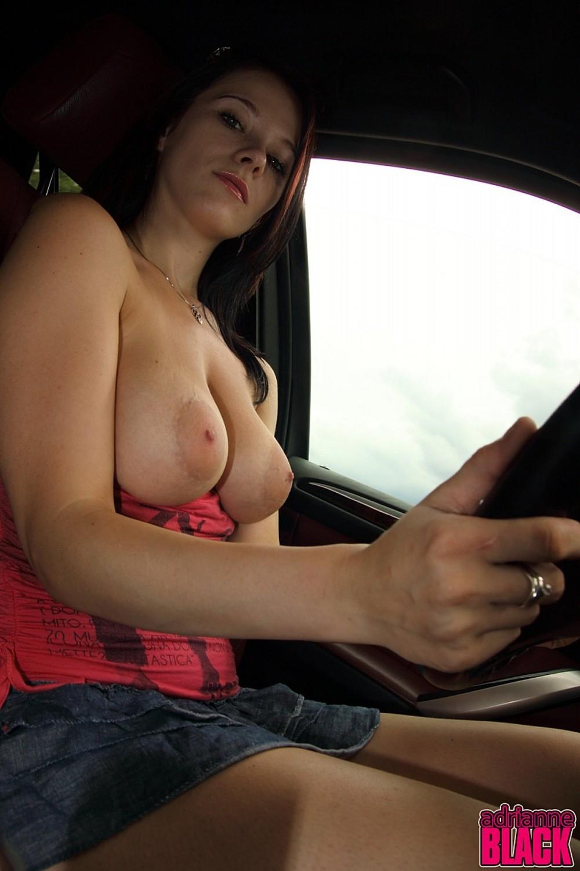 Девушка голая грудь в машине #1