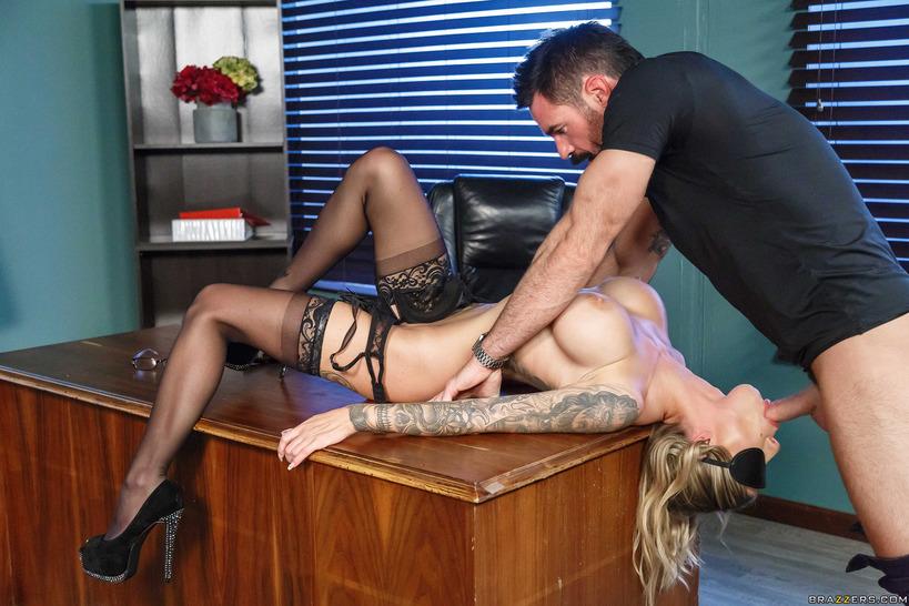 кофточку она секс на офисном столе порно фото это сделать