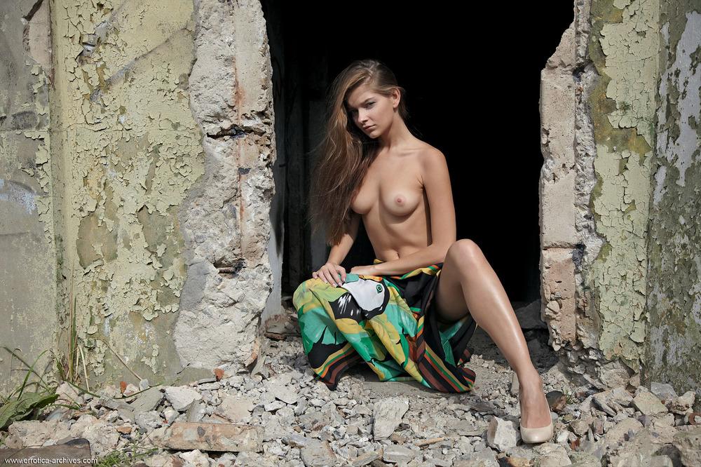 Девушки позируют на развалинах фото — pic 9